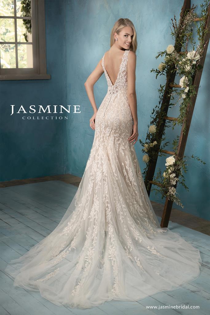 Különleges, hátul dekoltált Jasmine Collection menyasszonyi ruha.