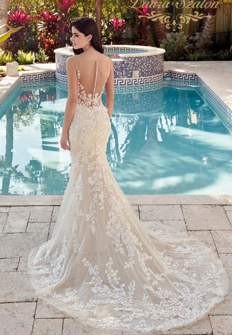 Sellő fazonú, 3D virágokkal díszített Demetrios menyasszonyi ruha.
