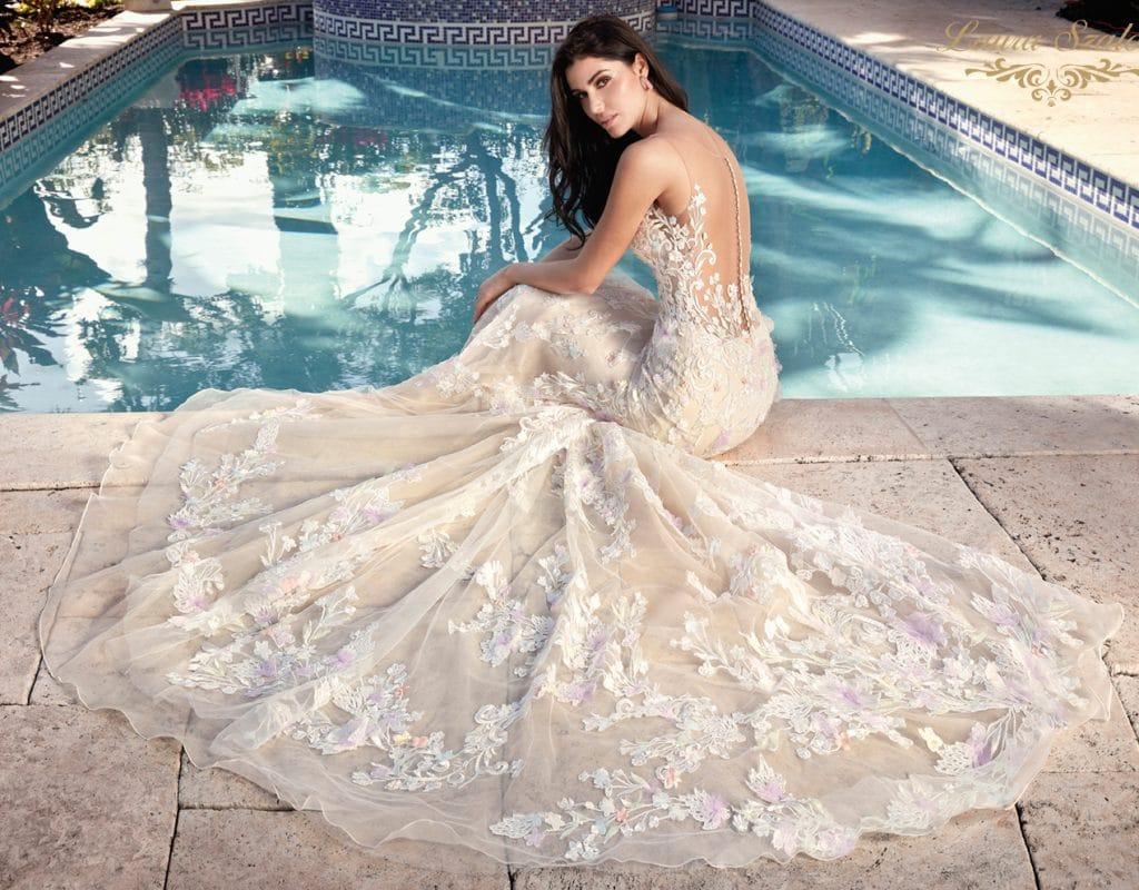 3D virágokkal díszített, sellő fazonú Demetrios menyasszonyi ruha.