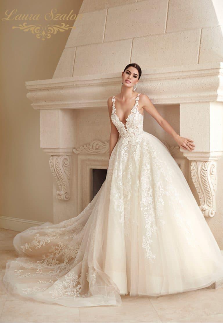 Csipke díszítésű, nagyszoknyás Demetrios menyasszonyi ruha.