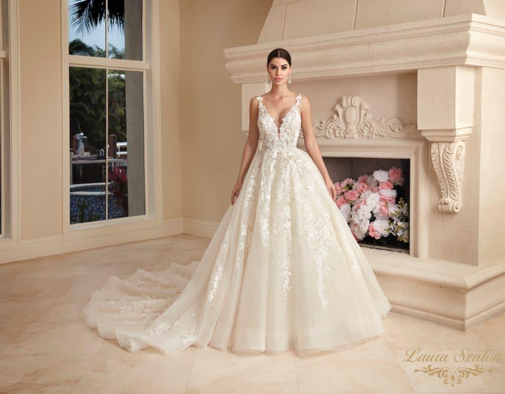 Csipkés Demetrios menyasszonyi ruhában van a modell