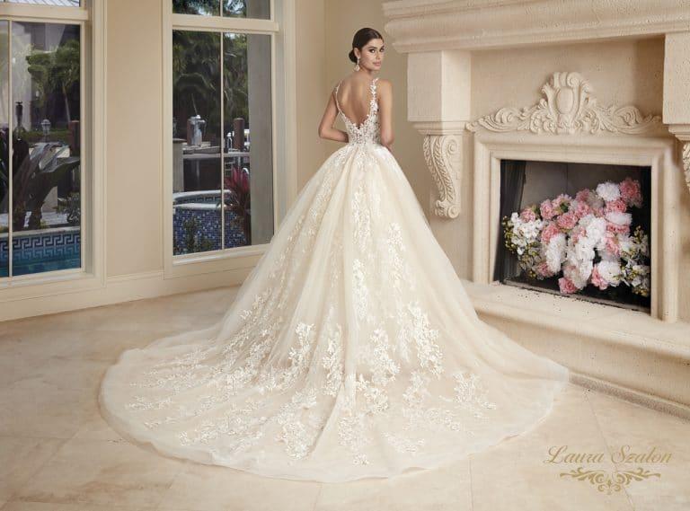 Nagyszoknyás, abroncsos menyasszonyi ruha hátulja látható.