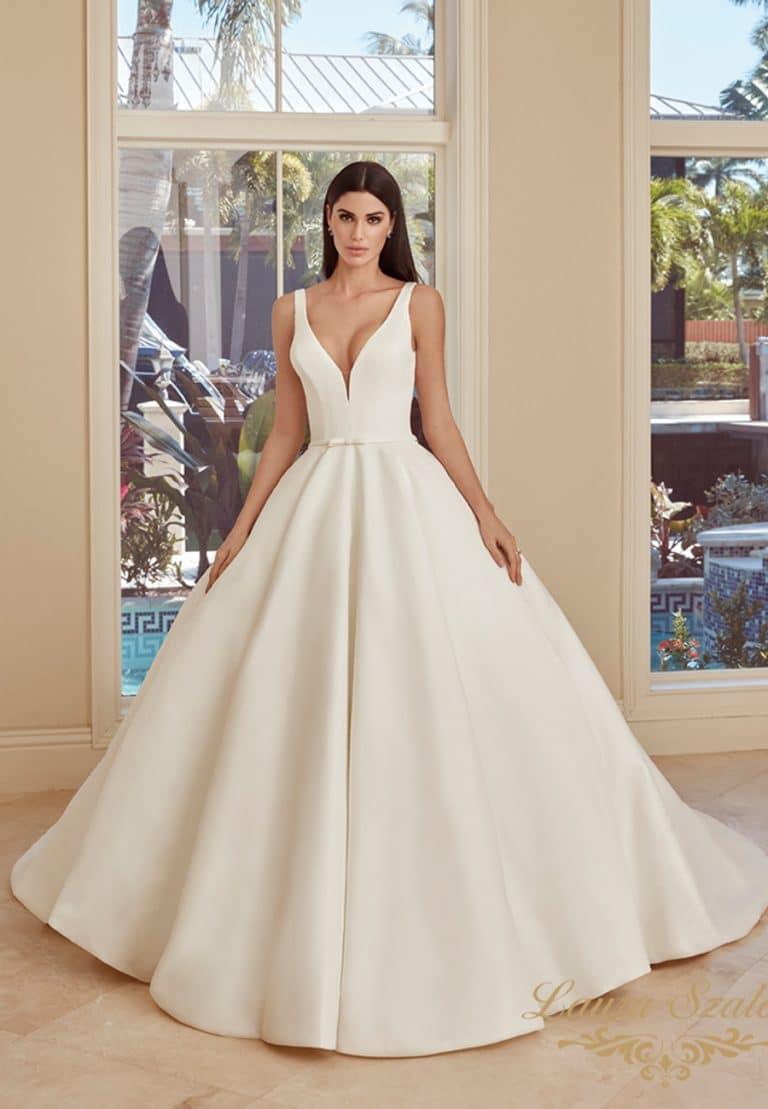 Bérelhetű nagyszoknyás, olasz szatén Demetrios menyasszonyi ruha.