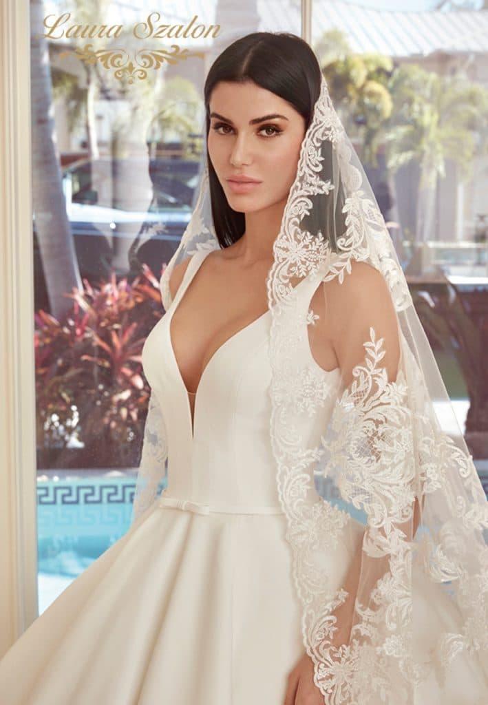 Olasz szatén Demetrios menyasszonyi ruha.