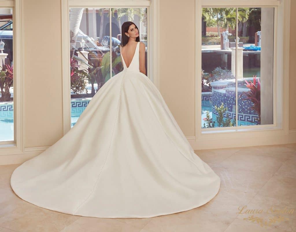 Bérelhető olasz szatén Demetrios menyasszonyi ruha.