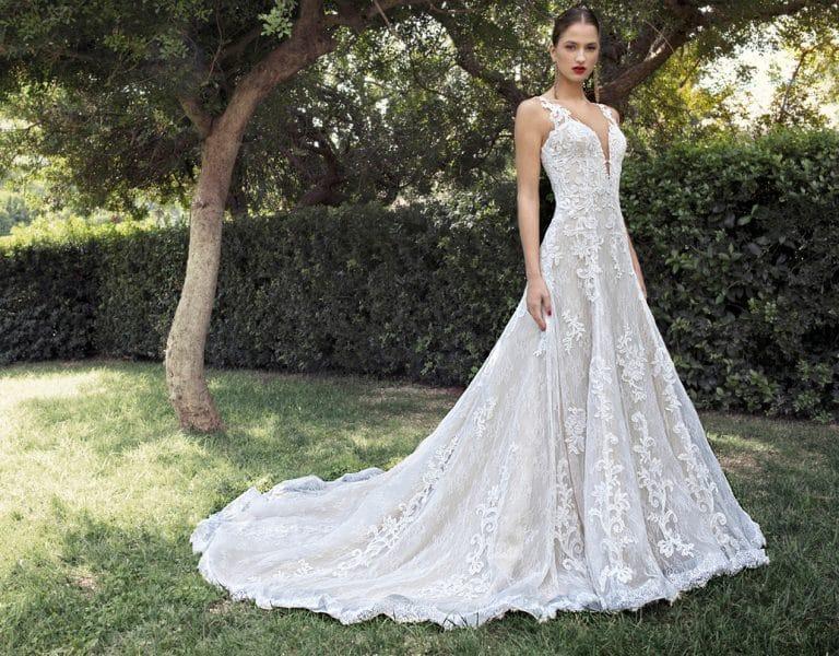 Csipkés A-vonalú Demetrios menyasszonyi ruha.