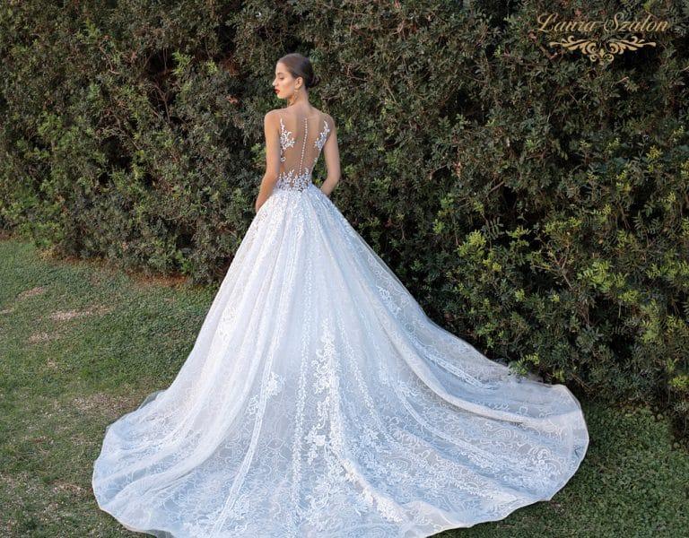 Hátul kivágott, díszített v menyasszonyi ruha.