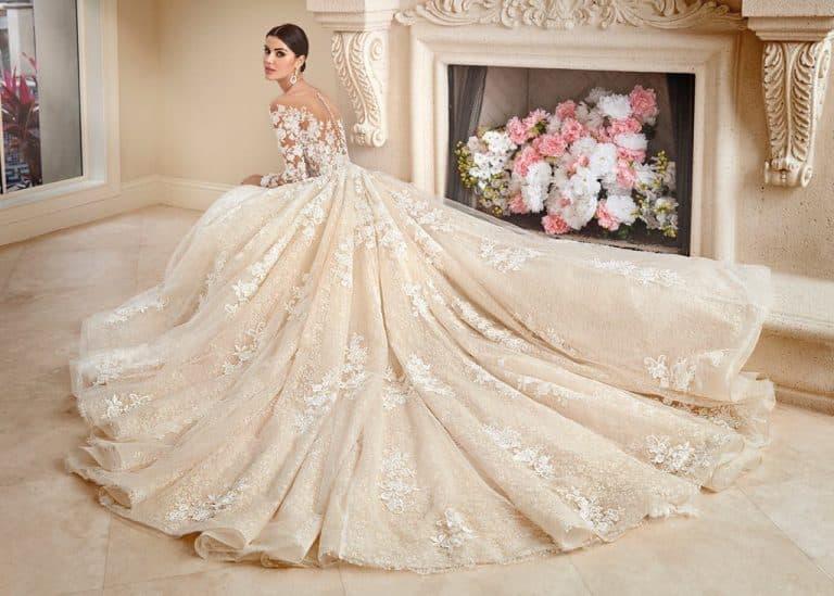Nagyszoknyás, tüllel és csipkével díszített Demetrios menyasszonyi ruha.