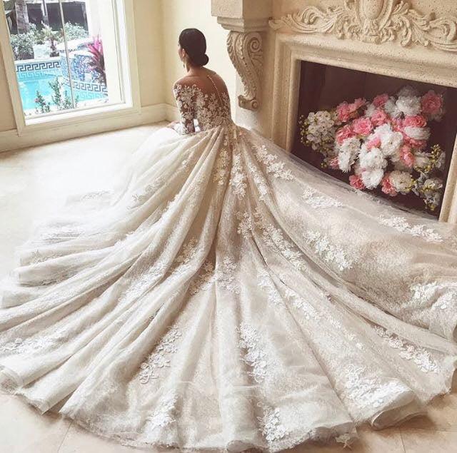 Csipkével díszített, hosszú ujjú Demetrios menyasszonyi ruha.