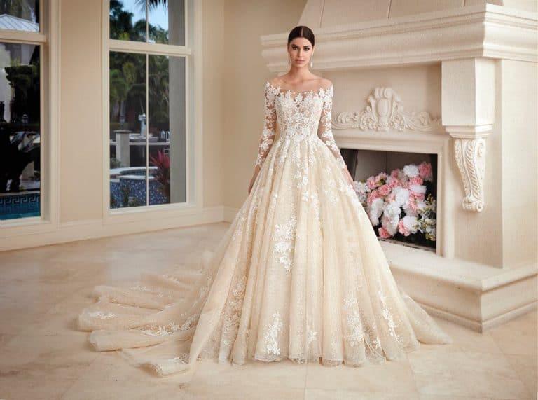 Bérelhető abroncsos, ejtett vállú, Demetrios menyasszonyi ruha.