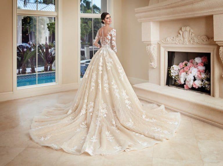 Hosszú ujjú, nagyszoknyás Demetrios menyasszonyi ruha.