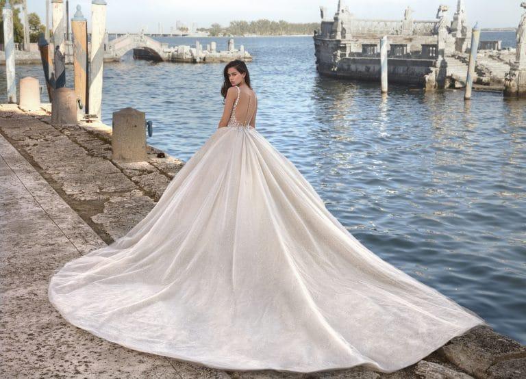 Nagyszoknyás, abroncsos Demetrios menyasszonyi ruha.