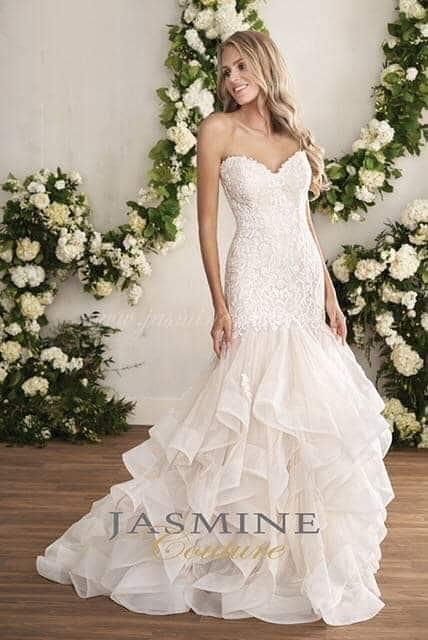 Vízhullámos, sellő fazonú Jasmine Couture menyasszonyi ruha.