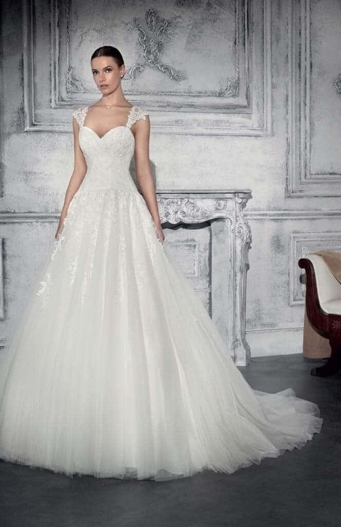 Bérelhető tüllös Demetrios menyasszonyi ruha.