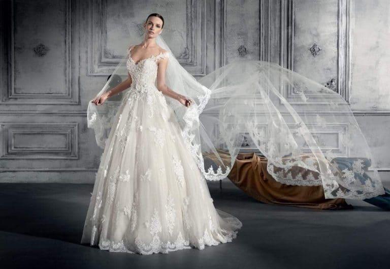 Csipke díszítésű, tüllös, nagyszoknyás Demetrios menyasszonyi ruha.