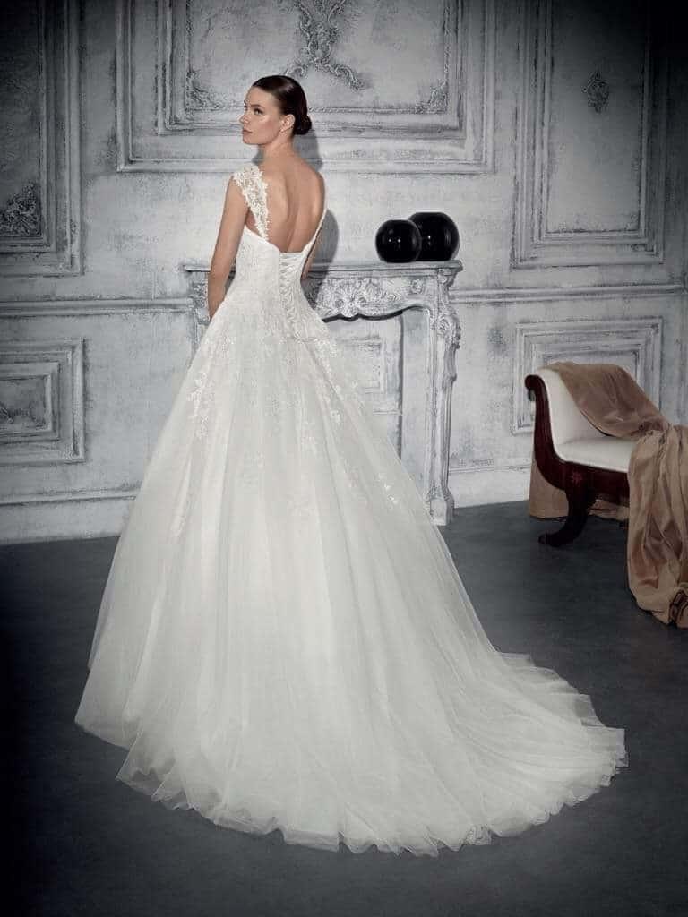 Fűzővel díszített, tüllös Demetrios menyasszonyi ruha.