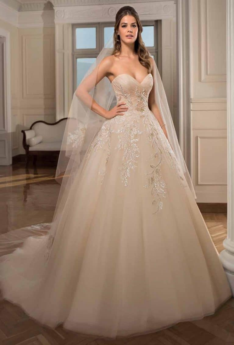 Tüllös, nagyszoknyás Cosmobella menyasszonyi ruha.