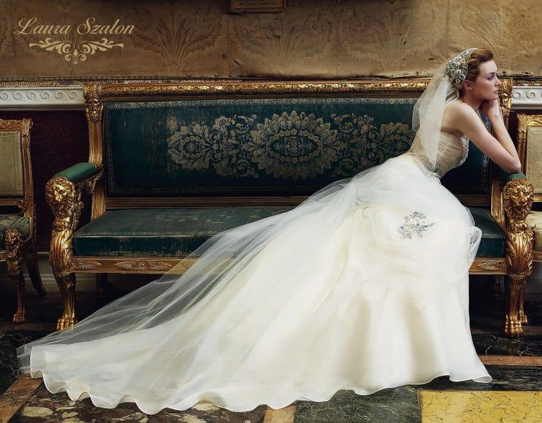 Tüllel díszített Emé di Emé menyasszonyi ruha.