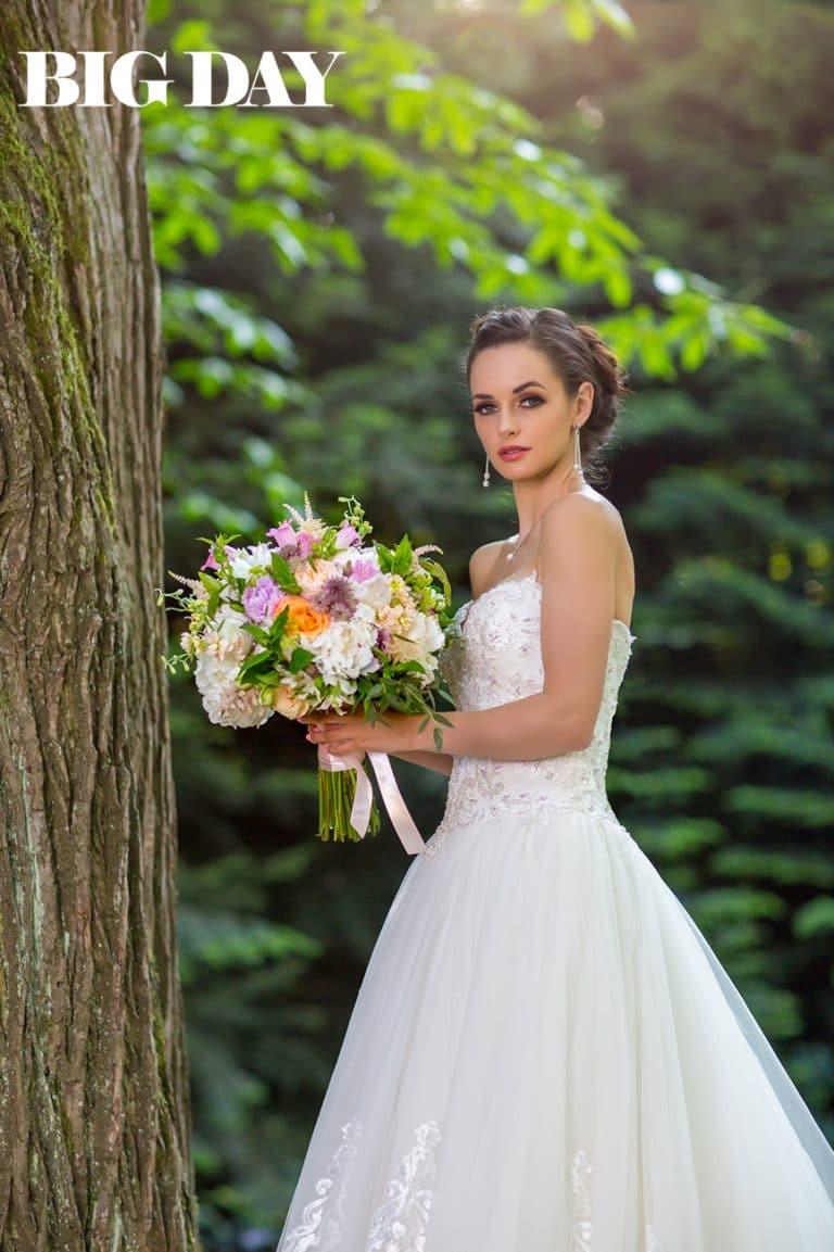 Dobó Ági menyasszonyi ruhában, csokorral a kezében.