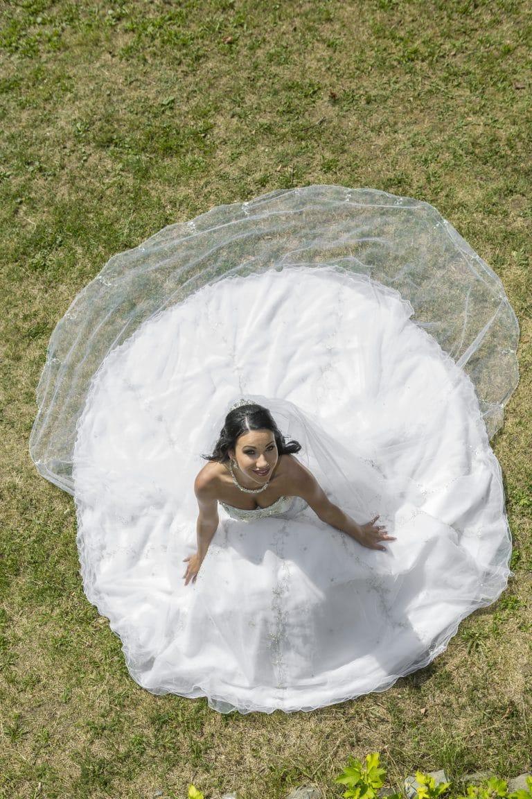Nagyszoknyás, abroncsos Demetrios ruhát viselt menyasszonyunk a Nagy Napon.