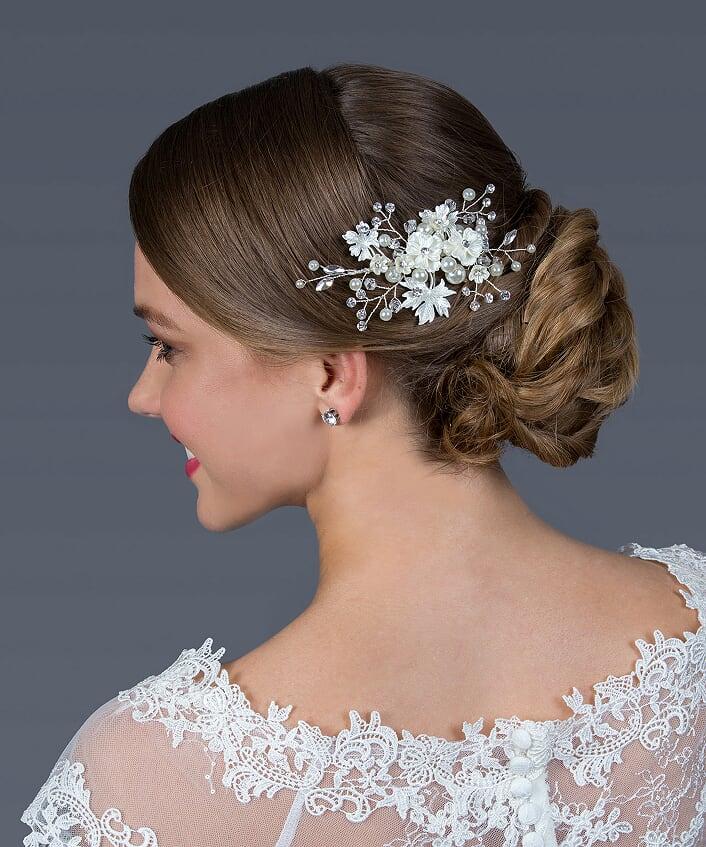 Gyöngyözött, virágokkal és levelekkel díszített menyasszonyi fejdísz.