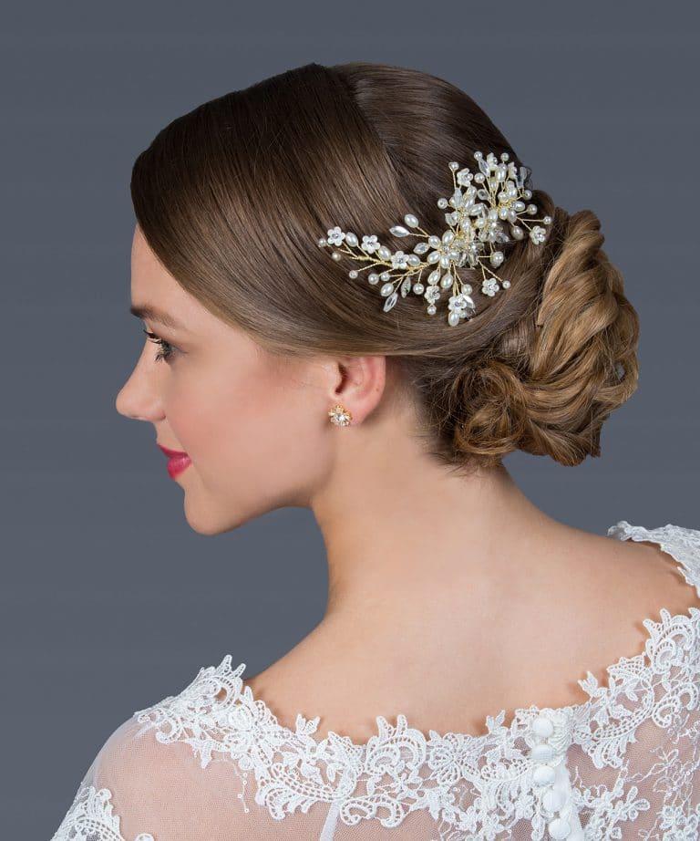 Apró gyöngyökkel, kis virágokkal díszített menyasszonyi hajdísz.
