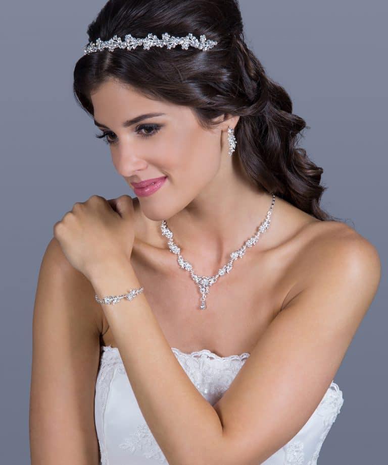 Ezüst kövekkel kirakott esküvői hajdísz.