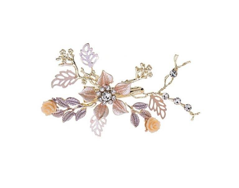Apró virágokkal és kisebb kövekkel díszített esküvői hajdísz.
