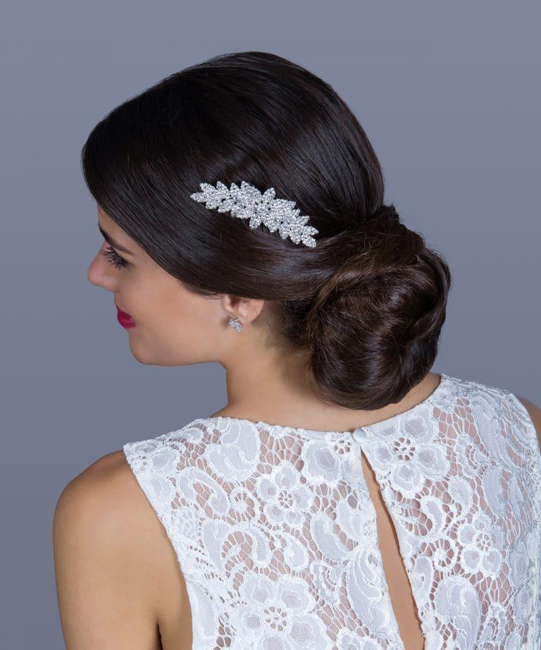Apró köves, virágos hajdísz, mely remek menyasszonyi ruha kiegészítő.