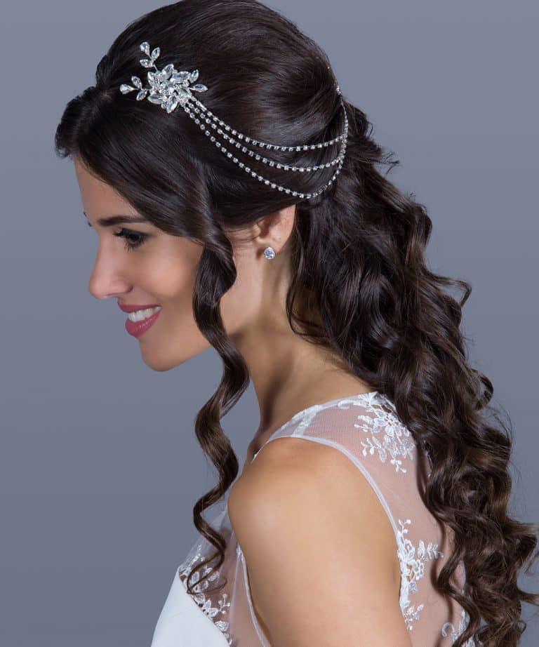 Virágos, logó esküvői kiegészítő a hajban.