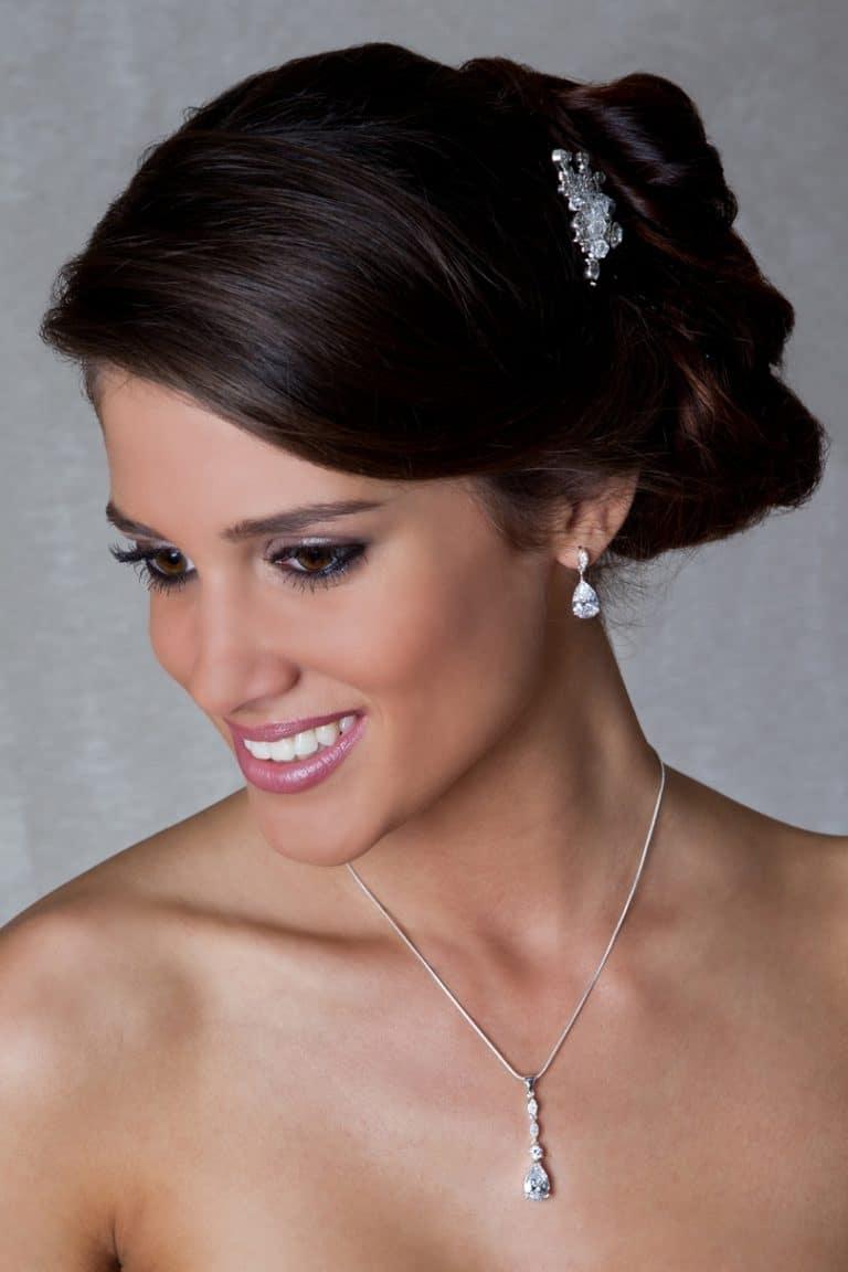 Hosszúkás menyasszonyi nyaklánc és fülbevaló.
