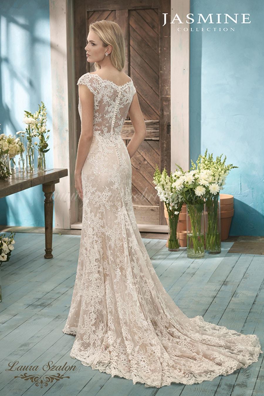 Sellő fazonú, tiszta csipke Jasmine Collection menyasszonyi ruha.