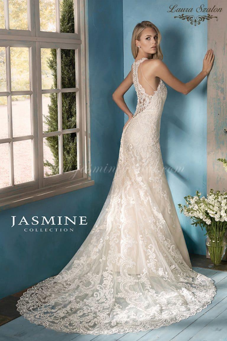 Uszályos, csipkés Jasmine Collection menyasszonyi ruha.