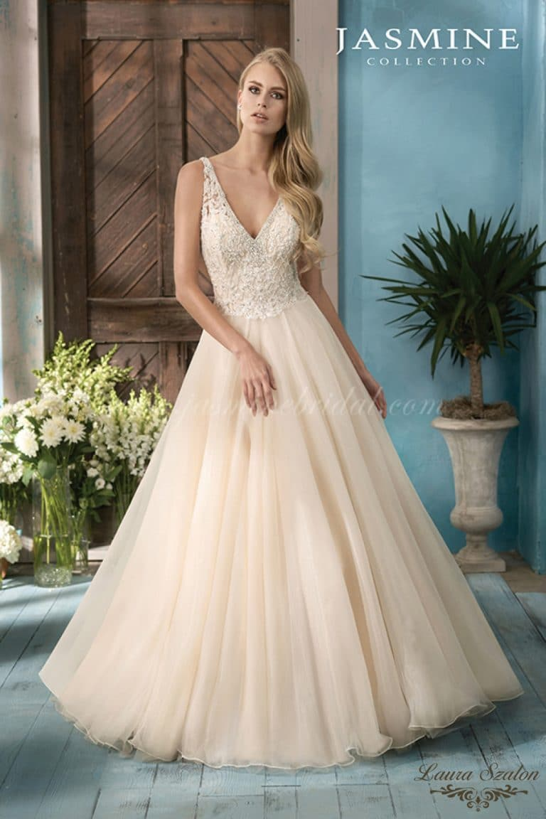 Nagyszoknyás Jasmine Collection menyasszonyi ruha.