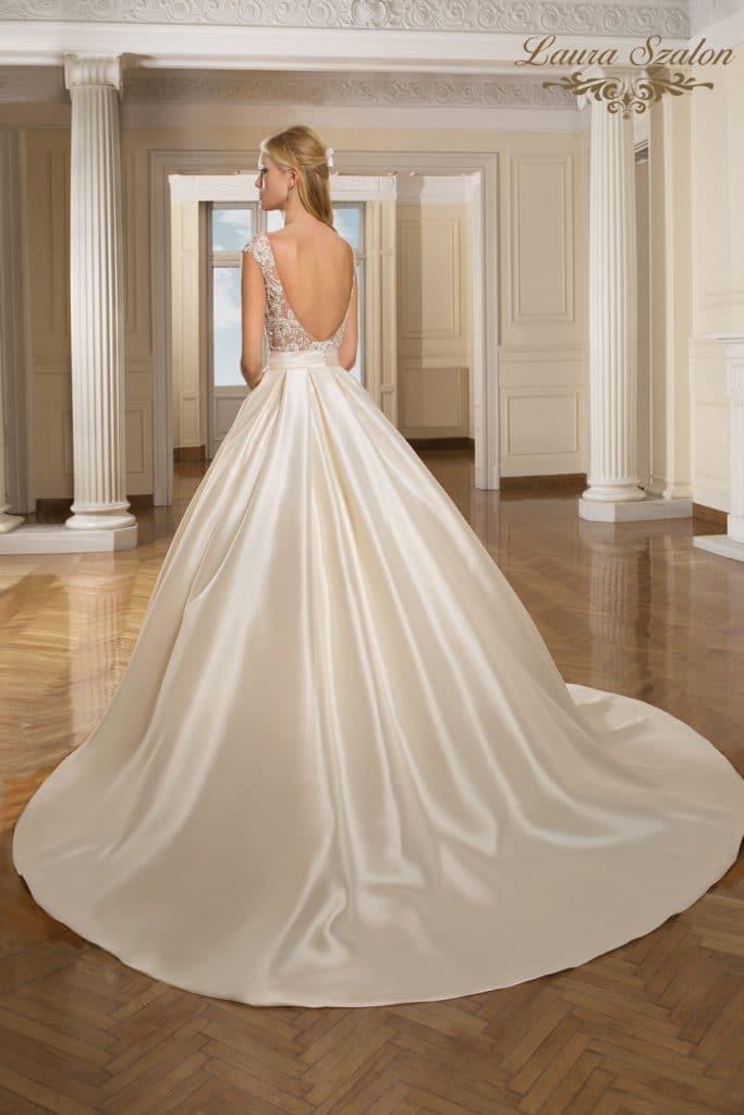 Hátul kivágott, selyemszatén Demetrios menyasszonyi ruha.
