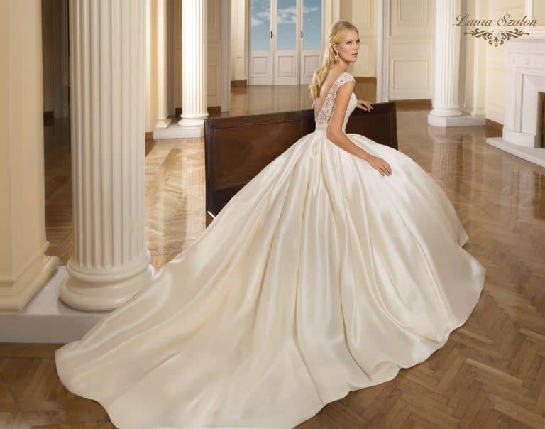 Bérelhető, nagyszoknyás Demetrios menyasszonyi ruha.