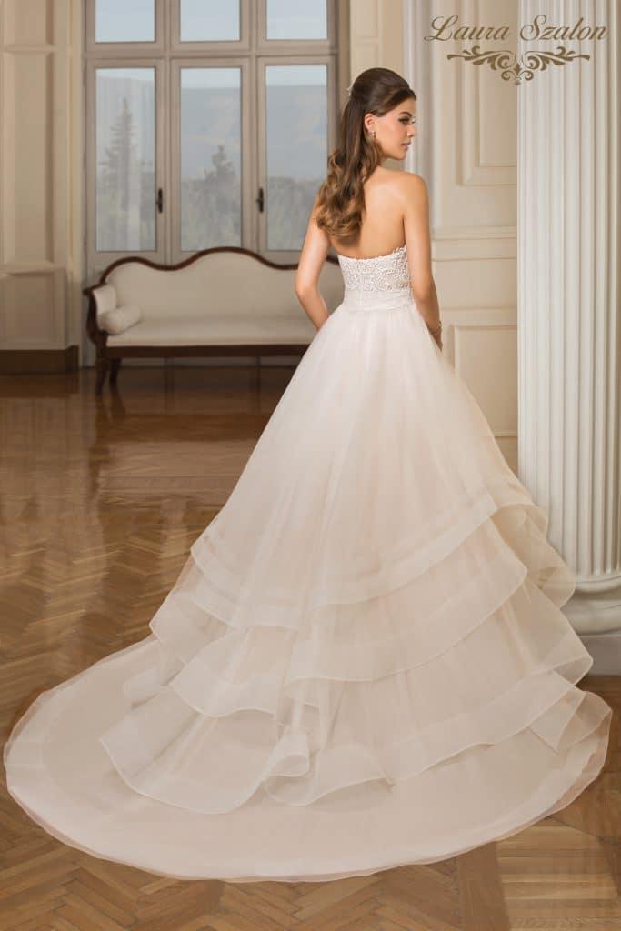 Vízhullámos, csipkével díszített Demetrios menyasszonyi ruha.