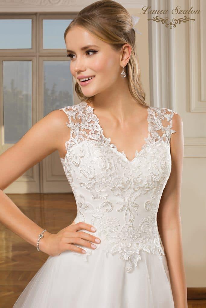 Csipke díszítésű, elegáns Demetrios menyasszonyi ruha.