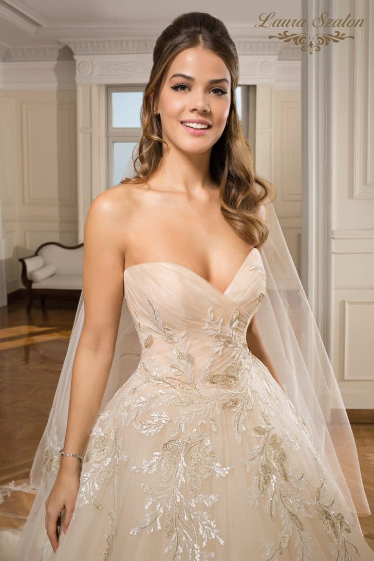 Tüllös, hímzett Demetrios menyasszonyi ruha.