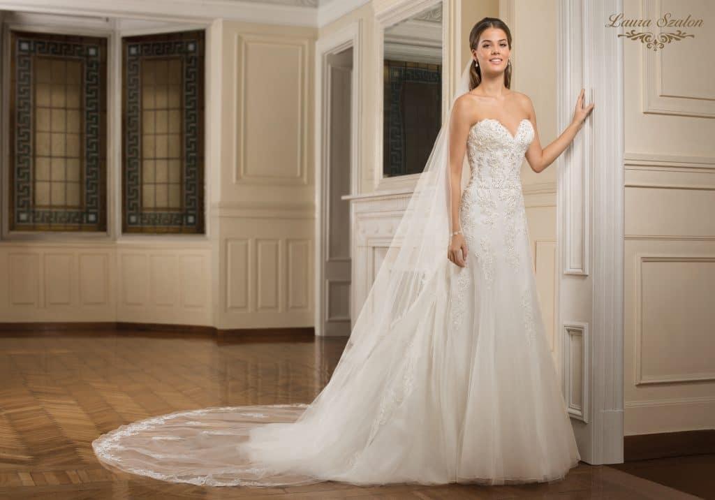 A-vonalú, pánt nélküli Demetrios menyasszonyi ruha.