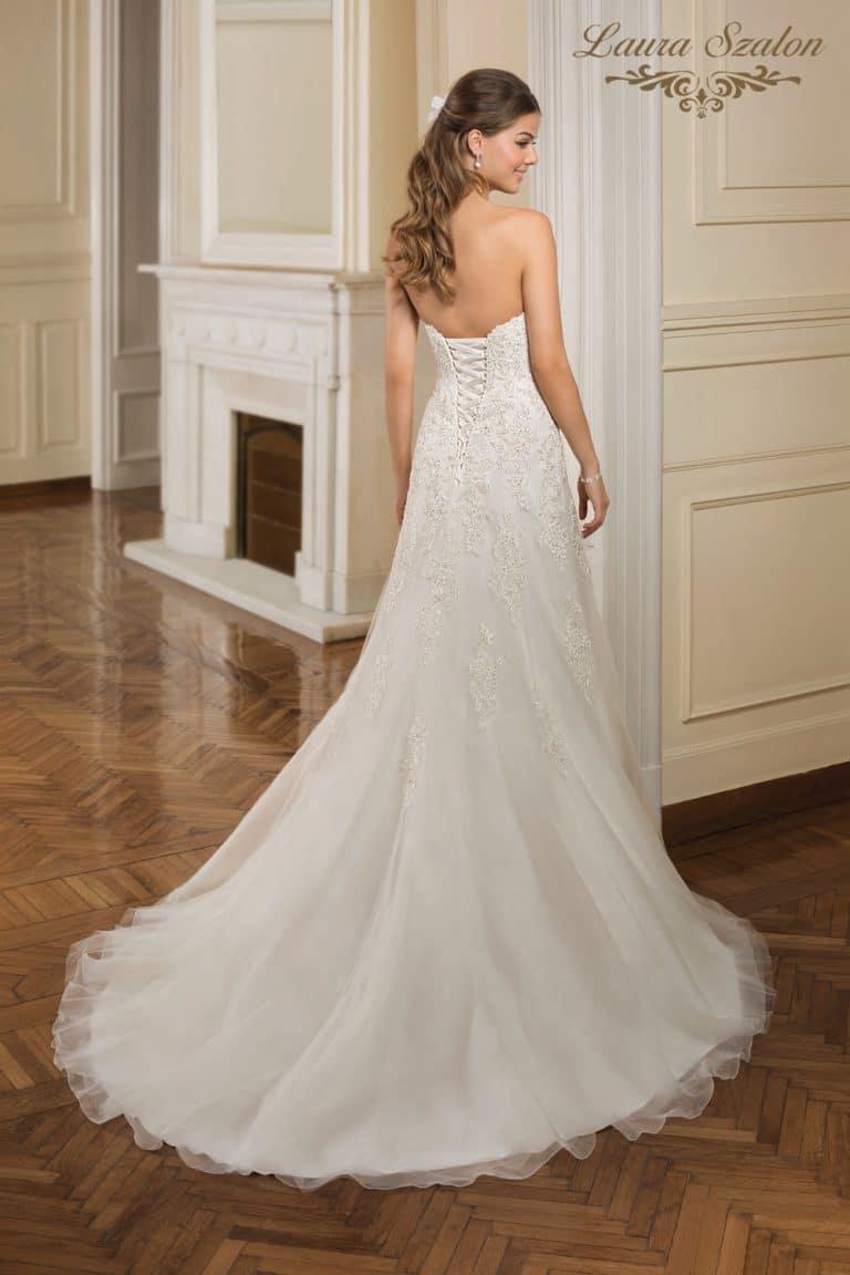 Hátul fűzős, A-vonalú Demetrios menyasszonyi ruha.