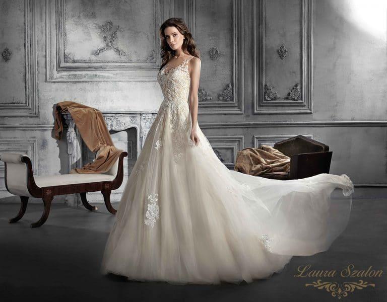 Tüllel és csipkével díszített Demetrios menyasszonyi ruha.