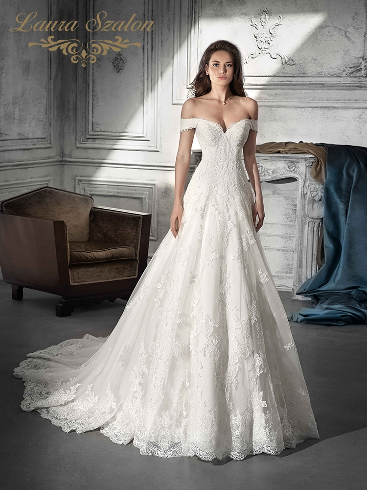 Ejtett vállú Demetrios esküvői ruha.