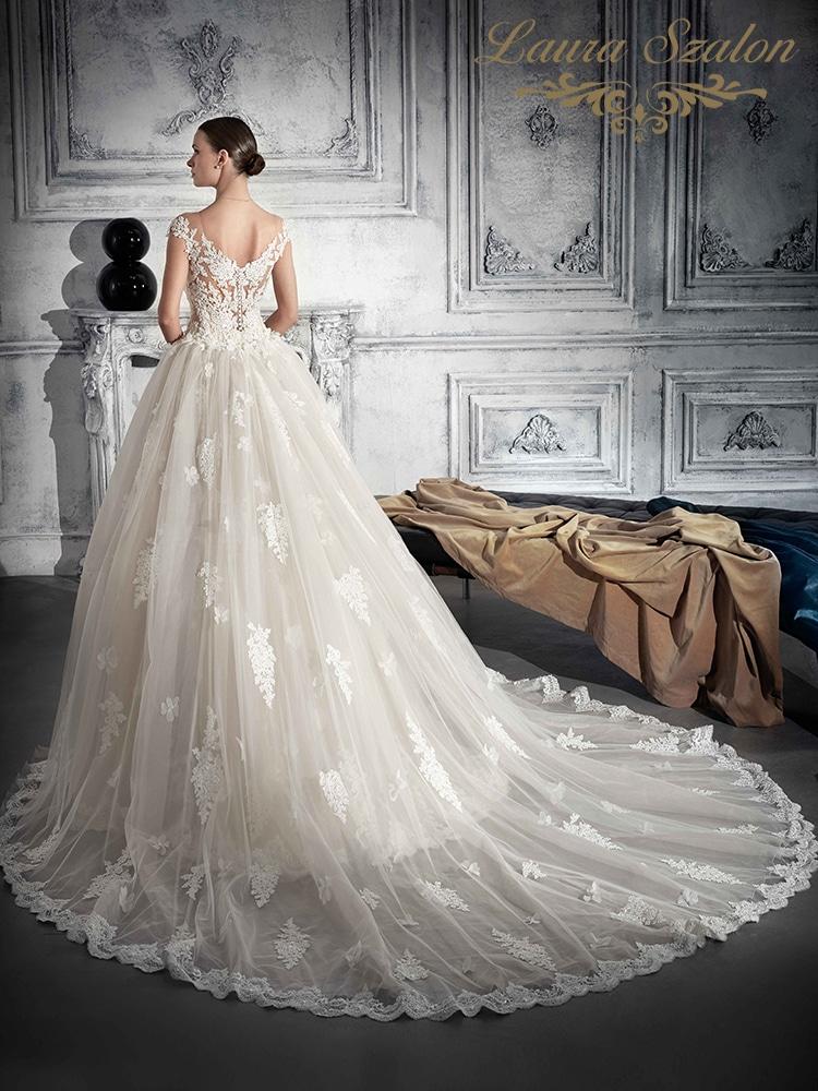 Klasszikus, csipkés Demetrios menyasszonyi ruha.