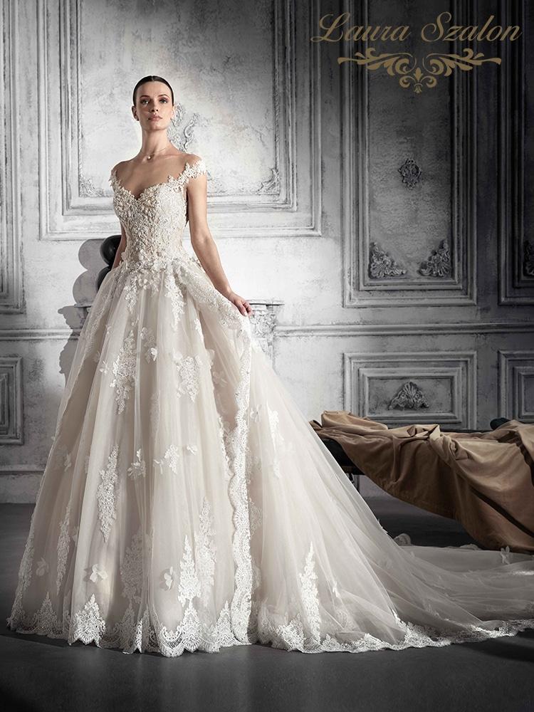 3D díszítésű, nagyszoknyás Demetrios menyasszonyi ruha.