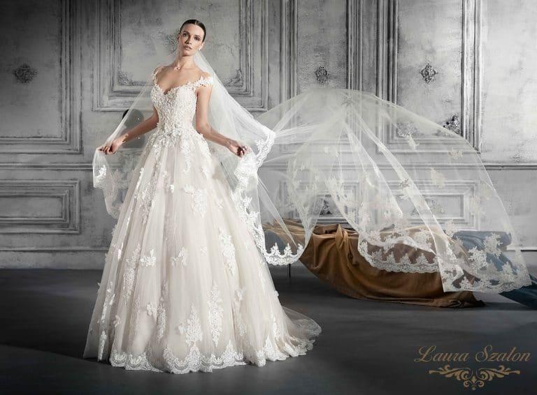 Különleges tüllös Demetrios menyasszonyi ruha.