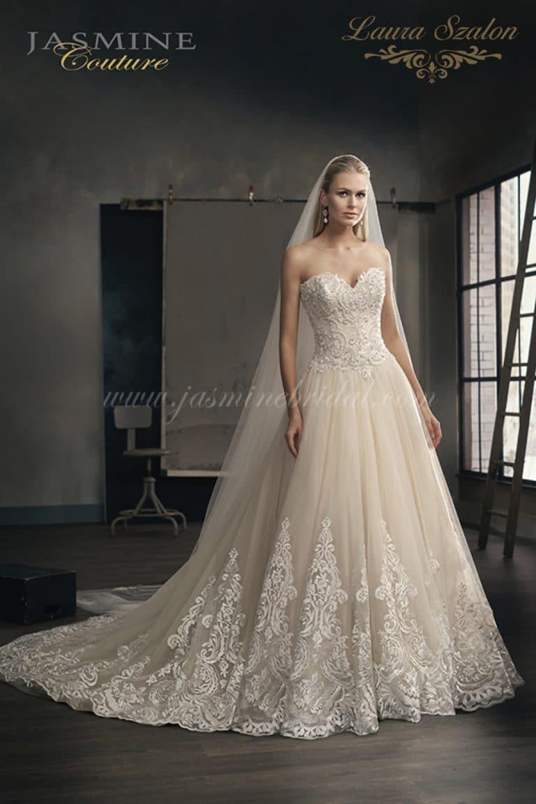 Pánt nélküli, csipkés Jasmine Couture menyasszonyi ruha.