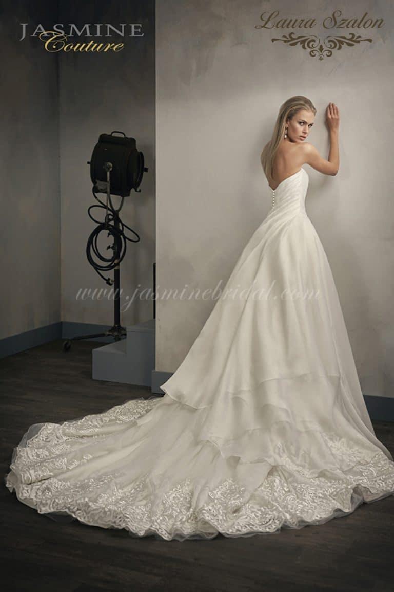 Nagy szoknyás, kiárusítás alatt álló Jasmine Couture menyasszonyi ruha.