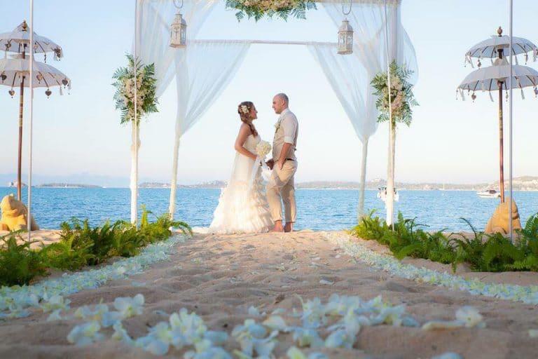 Thaiföldi esküvő a Laura Szalon menyasszonyi ruhájában.