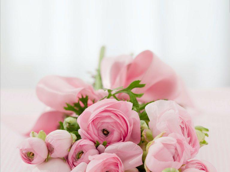 Rózsaszín menyasszonyi csokor.
